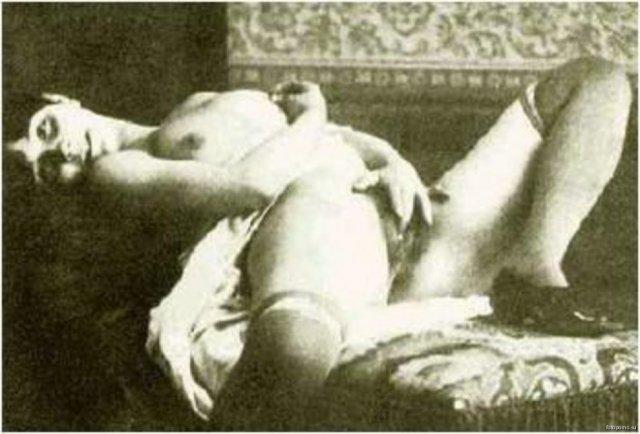 Похотливые сучки с аппетитными попками позируют в ретро порно