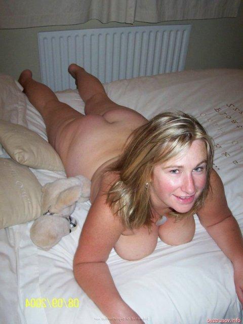 Толстая русская мама с большими сиськами позирует и сосет стоячий член