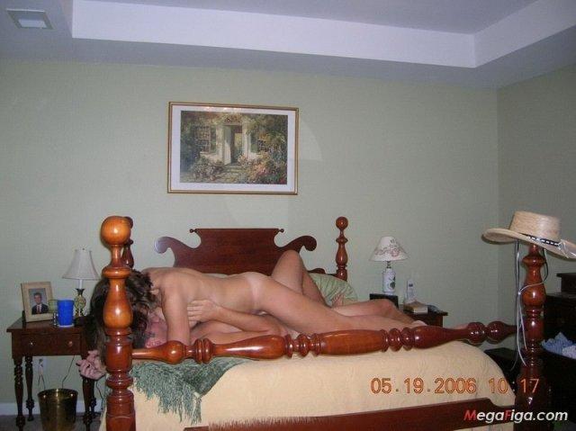 Молодая русская мама с лохматой пиздой раздевается, а затем трахается и сосет член
