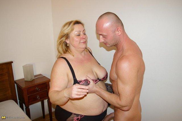 Полная русская мама с большой жопой ебётся в вагину на кровати