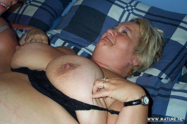 Жирные русская мама с похотливой девкой устроили групповуху с толстым хуем
