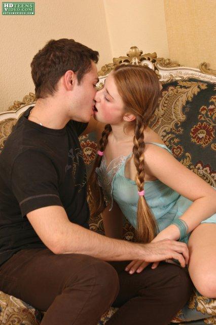 Молодая девочка с красивыми сиськами сосет член и трахается в русском порно.