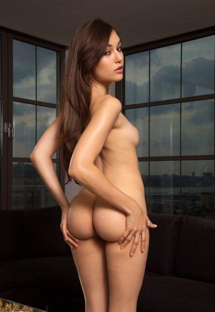 Саша Грей эротично позирует с голой попкой и сиськами показывая вагину