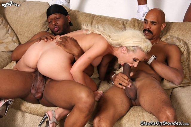 Свежие фото блондинка занимающейся жестким групповым сексом с неграми