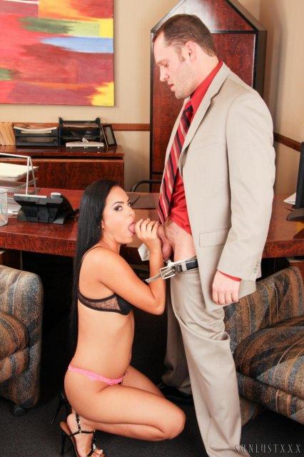 Сексуальная секретарша с упругой попкой ебется и отсасывает хуй