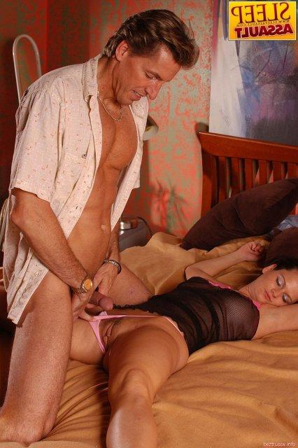 Жесткий секс в вагину со спящей телкой с большой грудью после минета