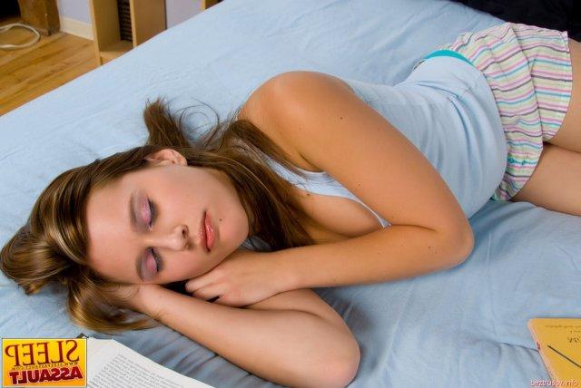 Жесткий секс в пизду с голой спящей красавицей делающей минет