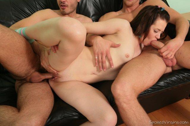 Брюнетка сделала секс порно фото жесткого группового секса