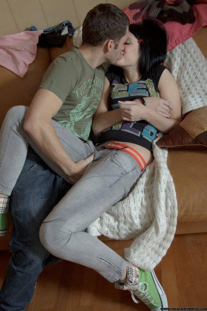 Молодая брюнетка сделала сексуальные фото жесткого секса