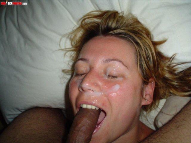 Русская девушка сосёт хуй в домашних фото со спермой на лице