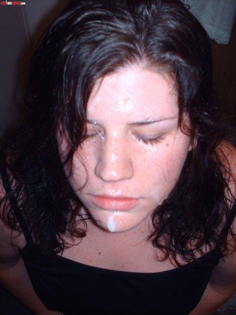 Сперма на лице молодой брюнетки с маленькими сиськами после минета и ебли