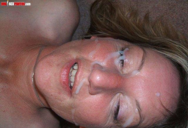 Сперма на лице красивой шлюхи с большими сиськами после отсоса