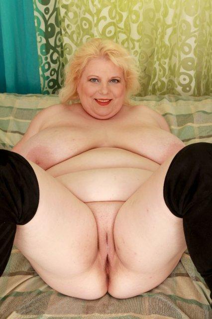 Зрелая толстуха с большой жопой в чулках позирует голой и мастурбирует вагину