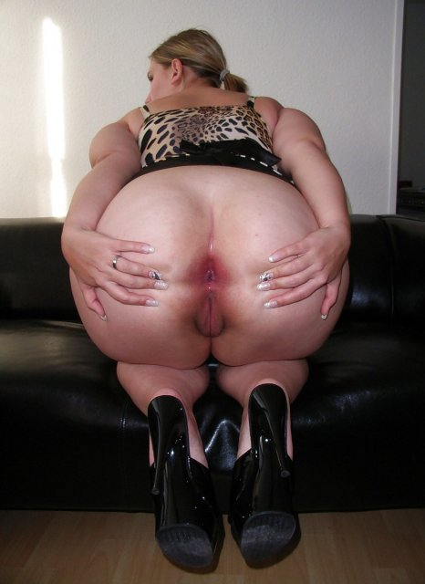 Толстуха извращенка мечтает о жестком сексе и мастурбирует пизду