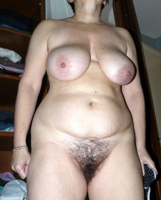 Тетя с большими сиськами и волосатой пиздой хочет ебли и минета