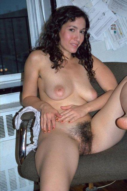 Тетя с волосатой пиздой мечтает о ебли на кровати в волосатую пизду