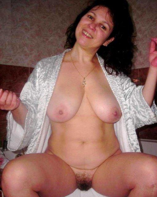 Зрелая тетя раздвигает ноги и показывает волосатую пизду