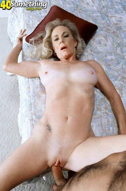 Зрелая теща с волосатой пиздой жестко ебется в вагину на кровати