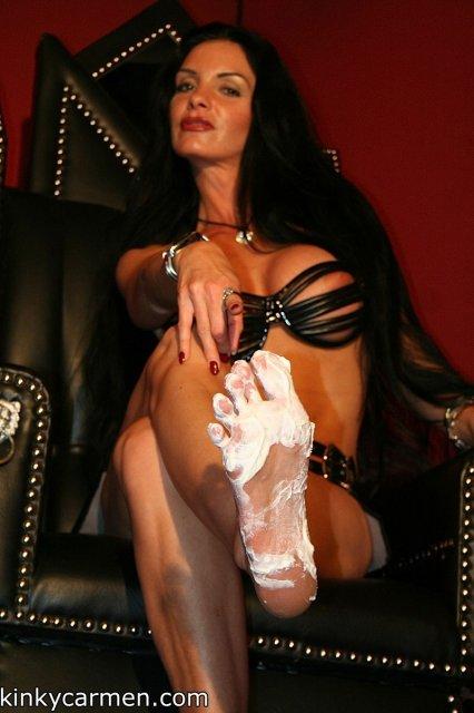 Молодая похотливая брюнетка с большими сиськами обожает фут фетиш