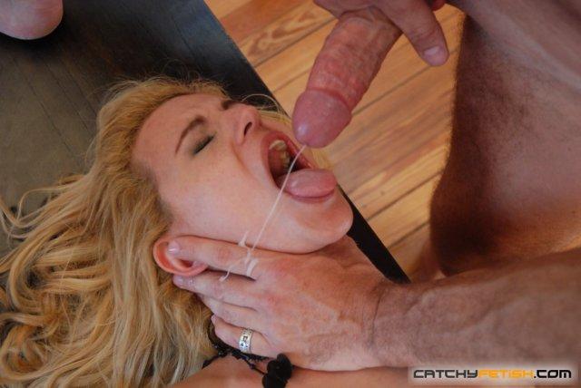 Порно фото сексуальной блондинки раздвигающей ноги и ебящейся в пизду