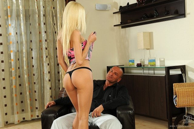 Худая блондинка с большой жопой делает минет и ебется в вагину