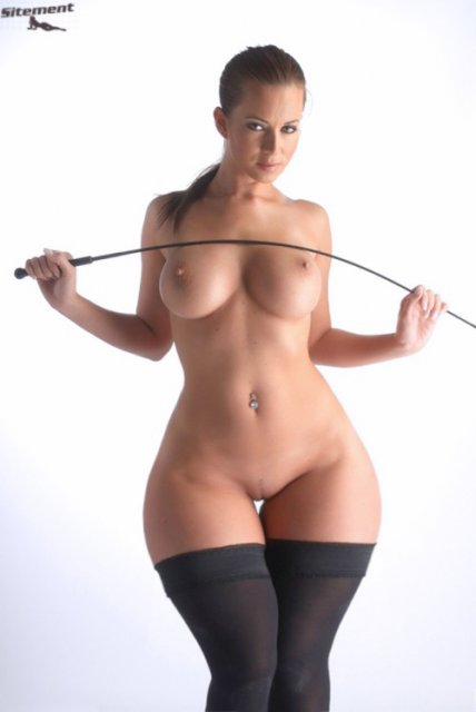 Порно эротика от голой тётки с широкими бёдрами в чулках