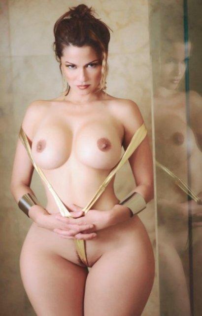 Девушка с широкими бёдрами, голыми сиськами и волосатой пиздой