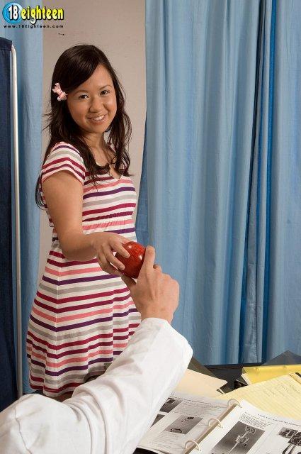 Юная девочка отсасывает огромный член и ебется в пизду