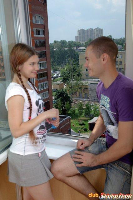 Голая русская девушка с маленькими сиськами ебется в киску и делает минет