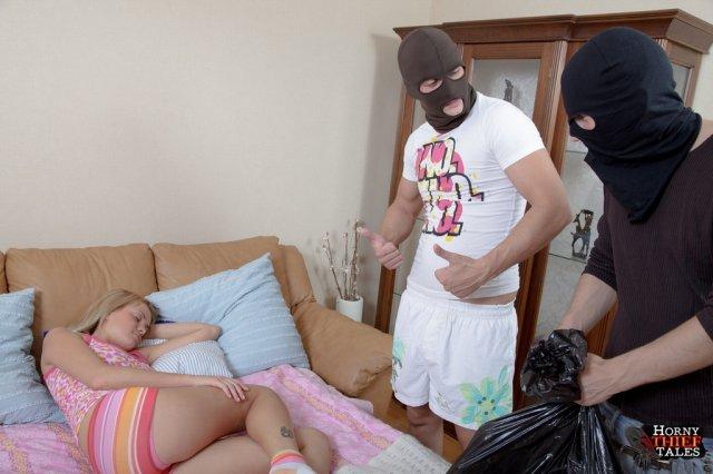 Свежие фото группового секса с красивой блондинкой в пизду на кровати