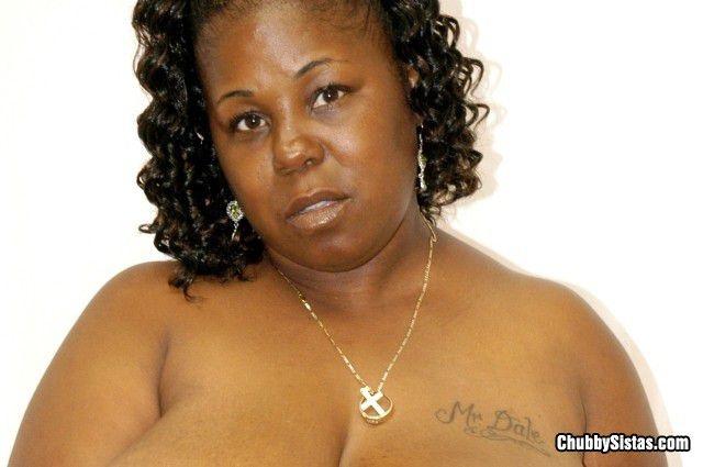 Голая толстуха занимается сексом во влагалище до спермы на сиськах