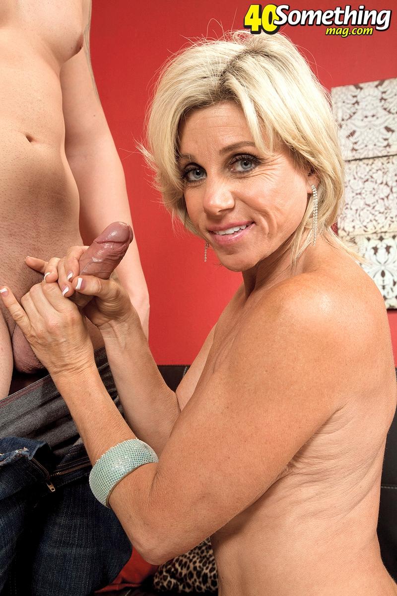 взрослая женщина трахается с мальчиком в душе в стрингах черных фото