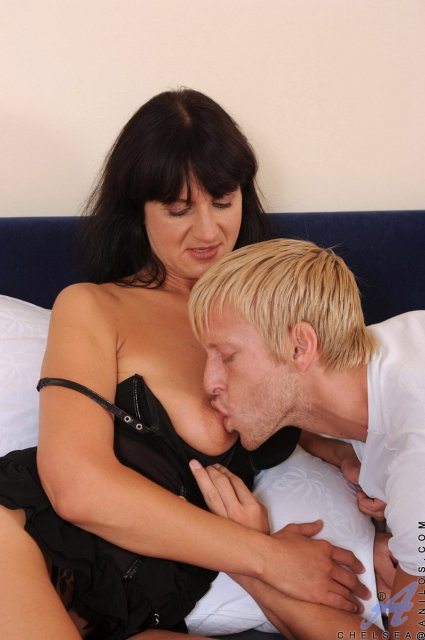 Порно в спальне с брюнеткой по сабачьи фото 803-335