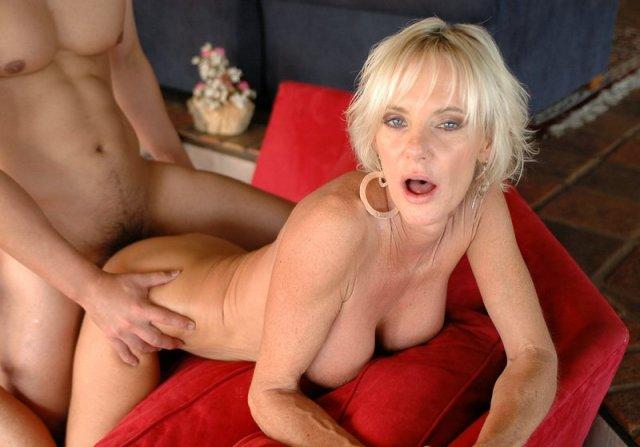 Тете вылизывает нежный клитор крупно и вставляет хуй в вагину