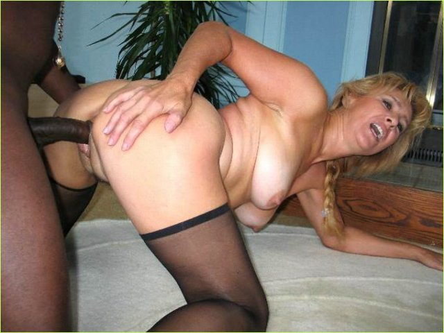 Возбужденная тетя делает минет негру и занимается нежным сексом