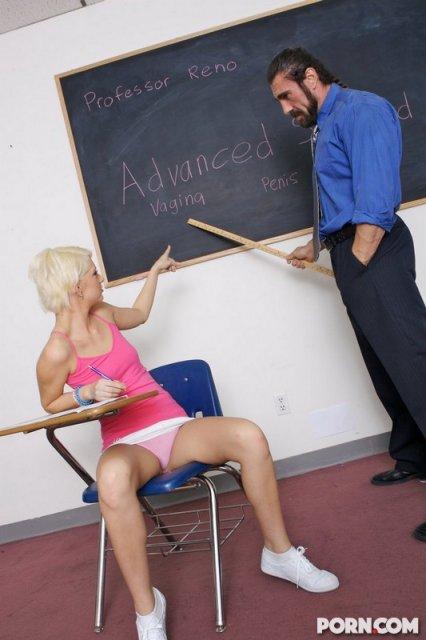 Страстная блондинка на фото бесплатно занимается сексом в классе