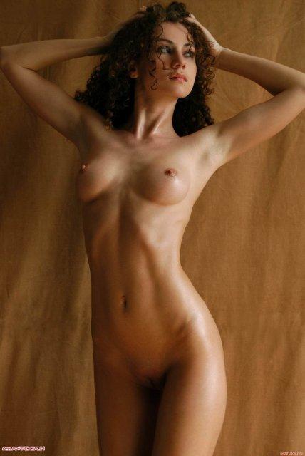 Частные фотки стройных жен в чулках и без лифчика