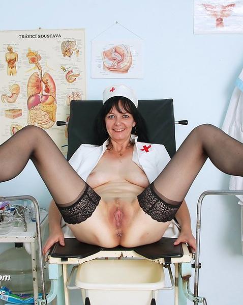 Голая медсестра в кабинете демонстрирует вагину и висячие сиськи