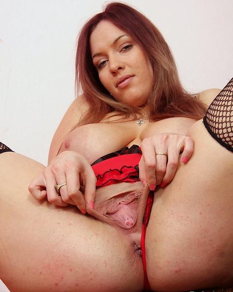 Пышная училка в эротическом белье трахает вагину резиновым членом