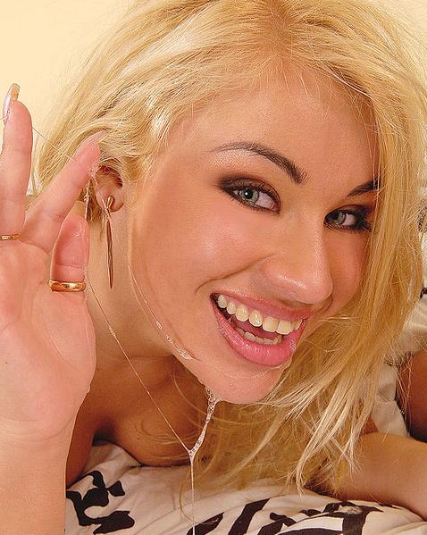 Толстая блондинка с висячими грудями после минета глотает сперму