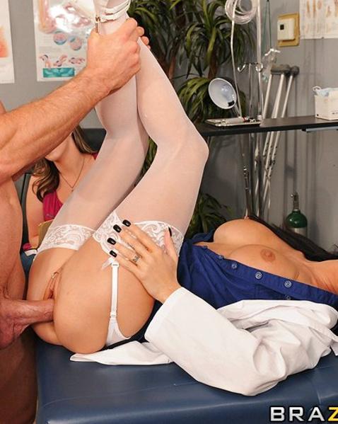 Беременная телка подглядывает за еблей длинноногой медсестры в больнице