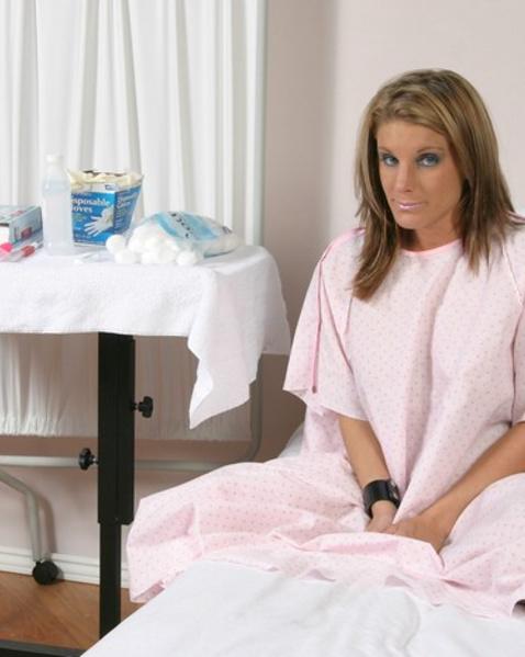Молоденькая медсестра в кабинете мастурбирует анус пациентки предметом