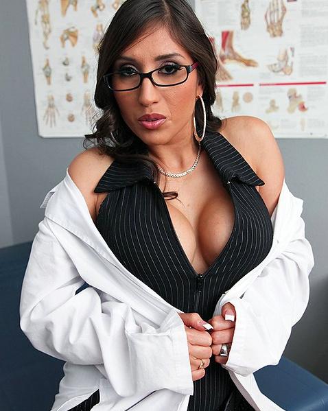 Медсестра с огромными буферами раздвигает ляжки и занимается сексом