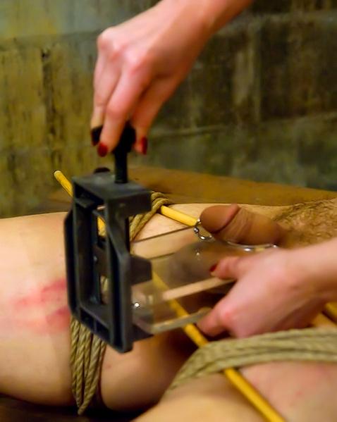 Доминирующая баба ебет страпоном связанного самца и причиняет боль