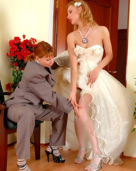 Рыжую невесту во время ролевых игр с переодеванием ебет страпоном