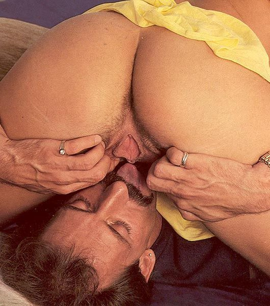 Спортсменке в ретро вылизывает мохнатую киску и трахает коротким хером