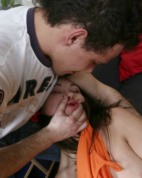 Секс с малолеткой на диване начался с дрочки гладкой письки