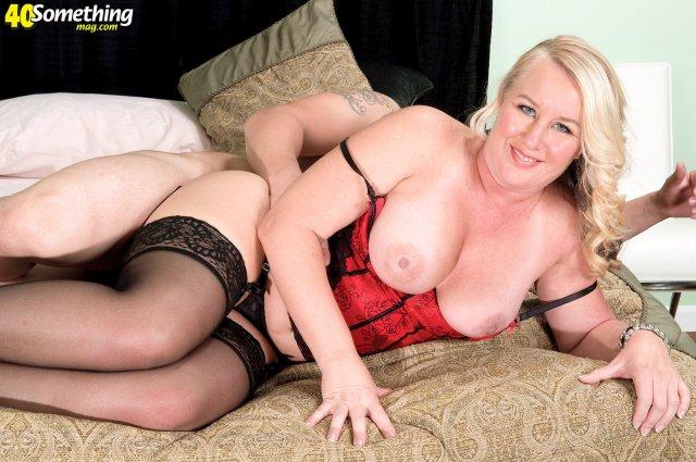 50 летняя бабка в корсете с татуировкой на жопе ебется на кровати