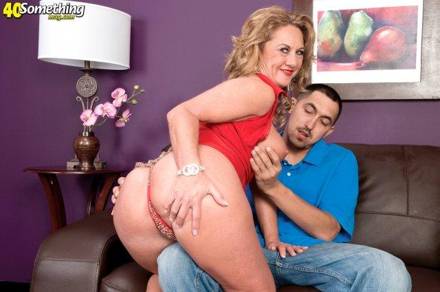 50 летняя женщина с натуральными сисяндрами сосёт толстый хуй
