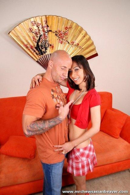 Милая азиатка в юбке занимается сексом до спермы в рот